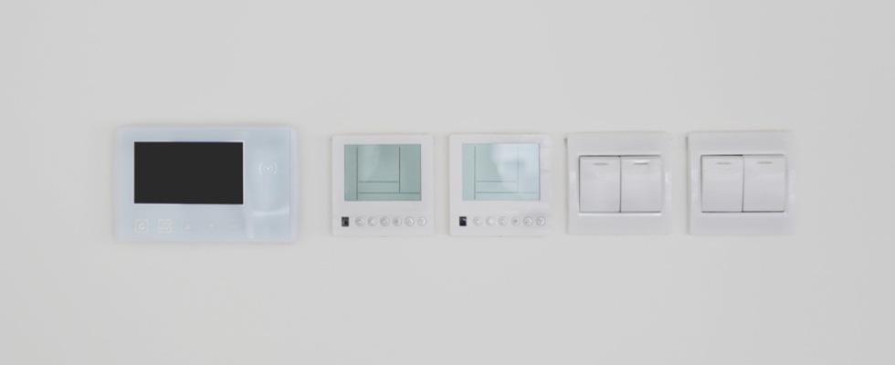 diversi modelli di interruttori con i tasti e touch screen