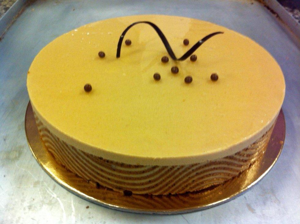 Dacquoise mandorle, mousse al caramello e caffè, cremoso al pralinato croccante, torta con farcitura di crema