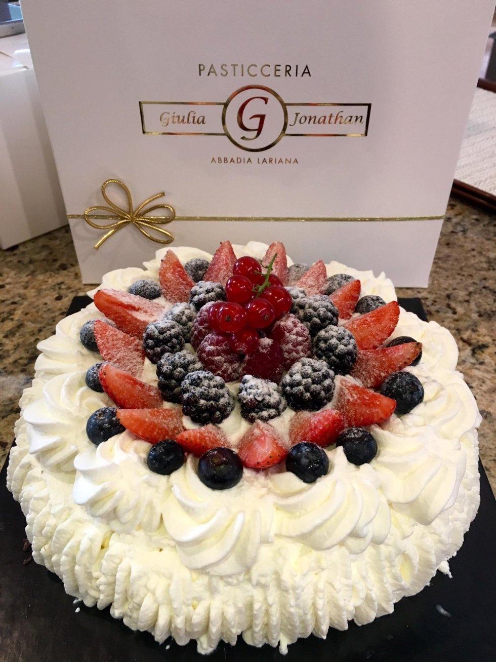 torta con panna e frutta fresca