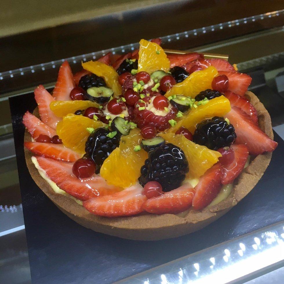 torta decorata con frutta fresca
