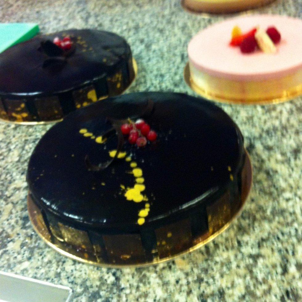 Mousse al cioccolato, biscotto alla mandorla, cremoso al caramello, glassa al cioccolato, torte decorate con glassa