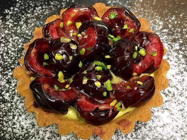 Frolla, crema alla vaniglia Tahiti, ciliegie di Vignola, pistacchio