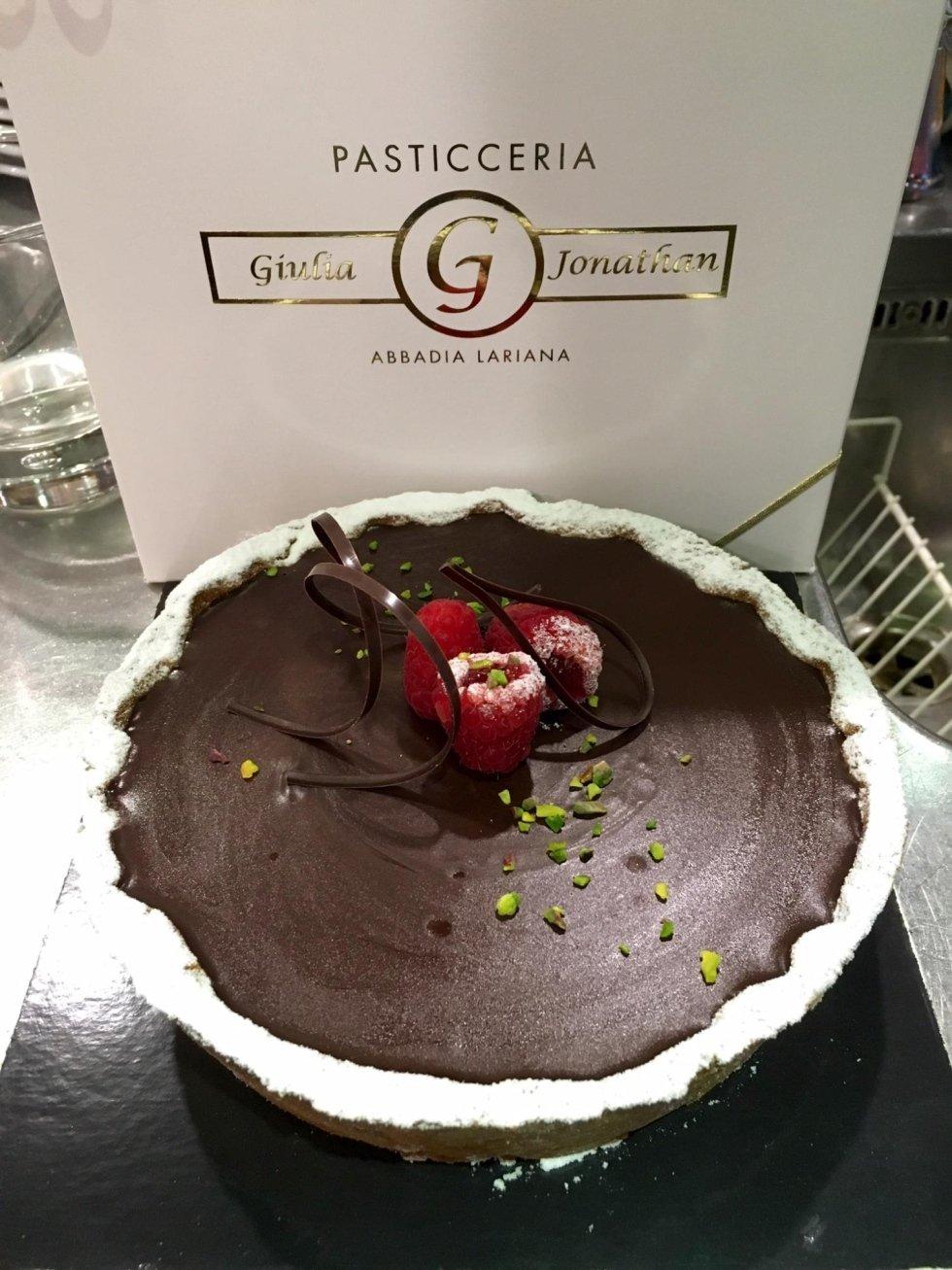 torta con crema di cioccolato con decorazioni