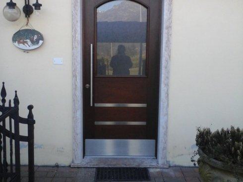 porta di ingresso moderna, con elementi in acciaio inox