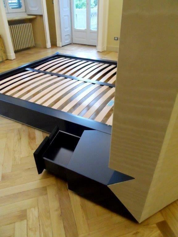 letto in legno laccato, tessuto, lamiera anodizzata