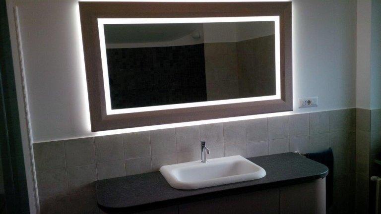 specchiera incassata nel muro con luci a led