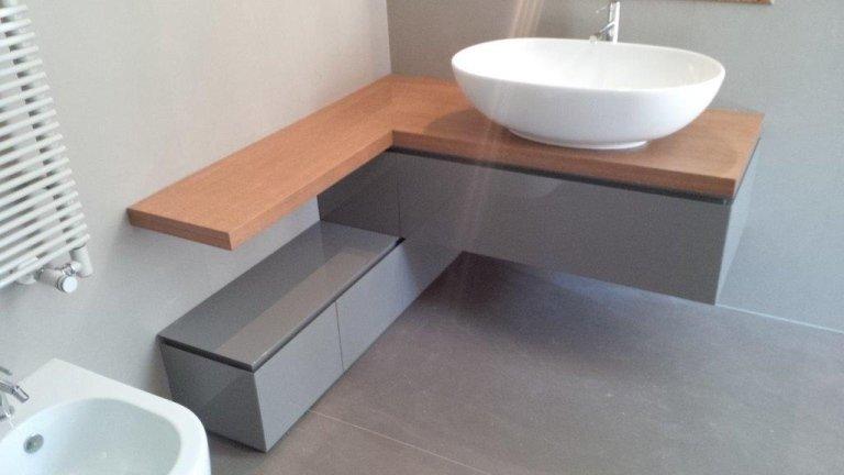 bagno laccato grigio con piano in rovere