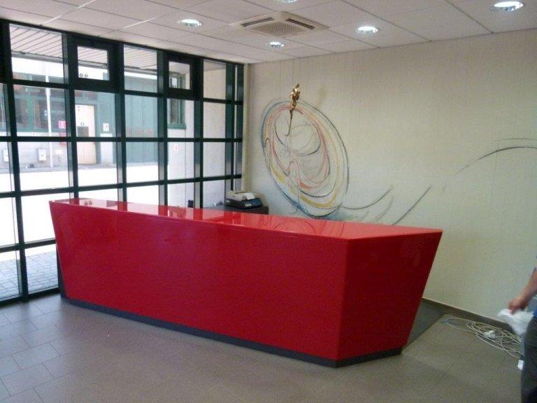 bancone reception laccata rosso lucido