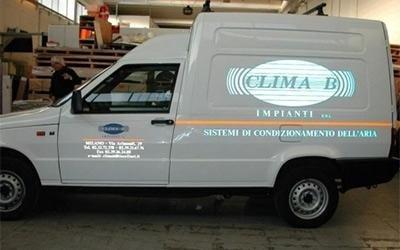 furgone con pubblicità