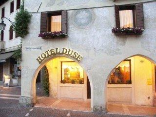 hotel affacciato su piazza Garibaldi a Asolo (TV)