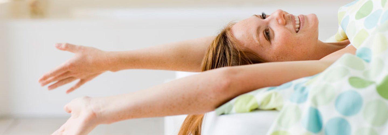 donna dopo svegliarsi nell'hotel