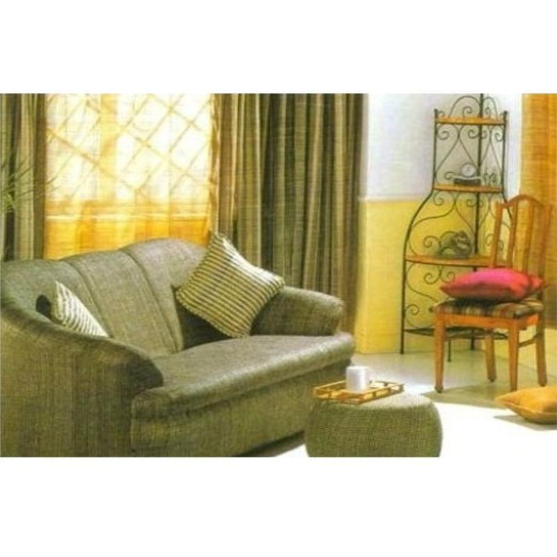 vista interna di una casa con divano