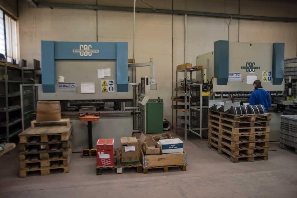 Interno del workshop con le macchine laser per un lavoro di qualità