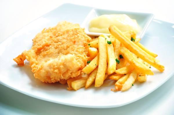Pesce impanato con patate fritte