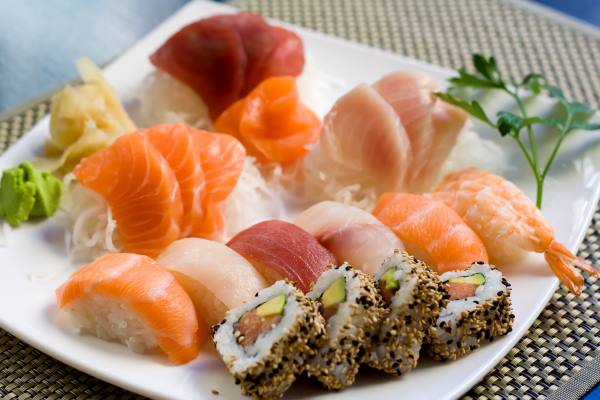 Piatto con un assortimento di sushi