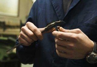 lavoratore che usa un calibratore