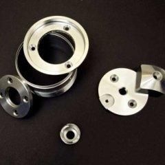 componenti in metallo dopo lavorazione industriale