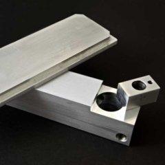 componenti industriali in acciaio dopo fresatura