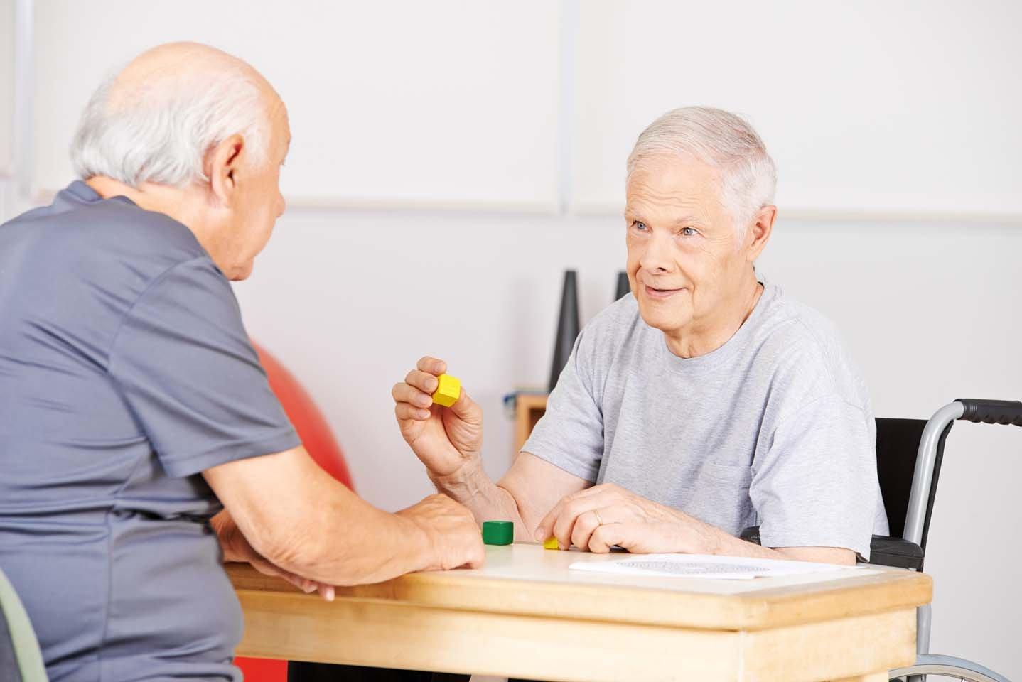 anziani che giocano a un gioco da tavola