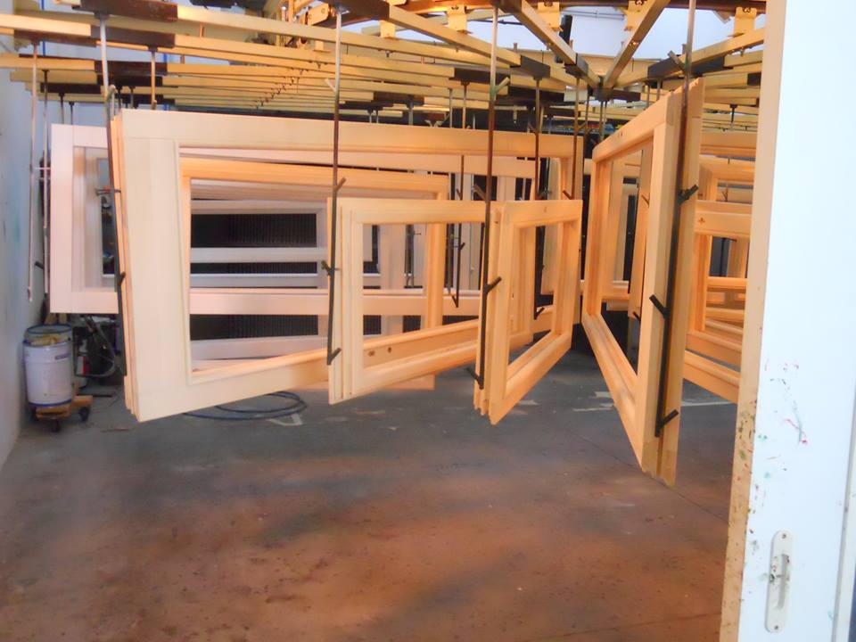 esposizione di serramenti in legno