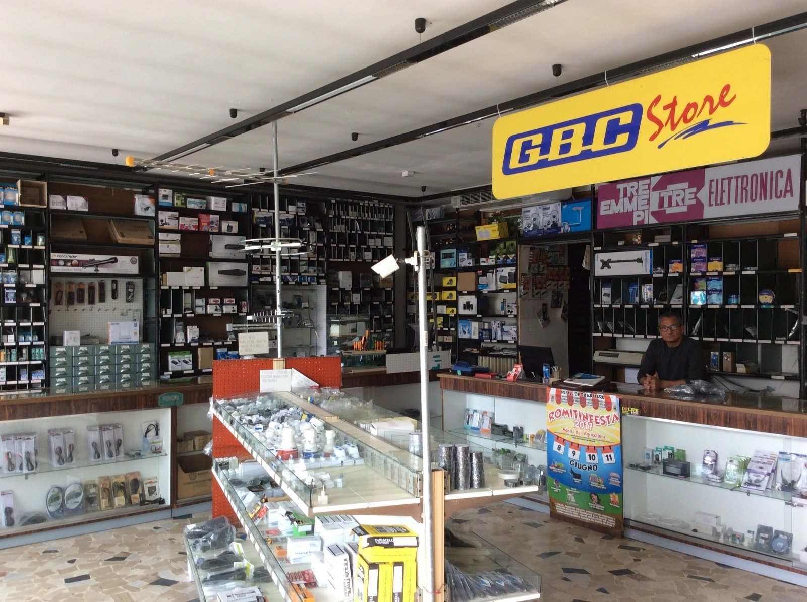 interno di un negozio di elettronica con un cartello con scritto GBC Store