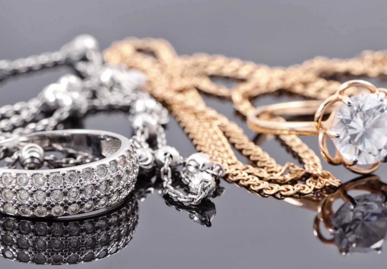 Vista da vicino dei gioielli in oro ed argento a Rimini
