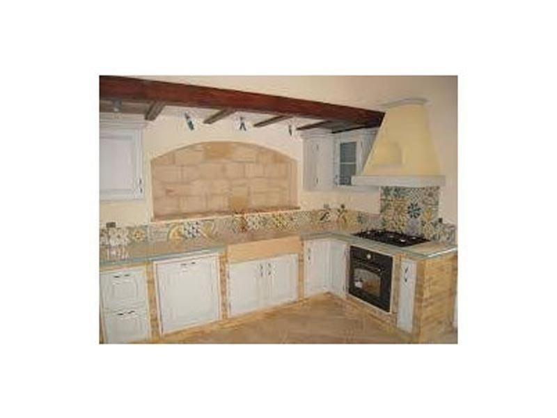 Cucina con rivestimento in pietra