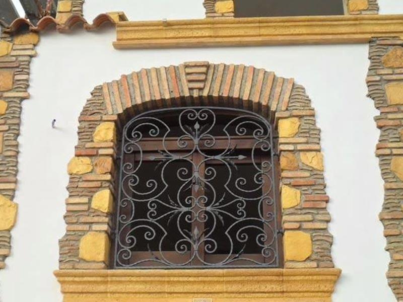 Rivestimento esterno in pietra di finestre
