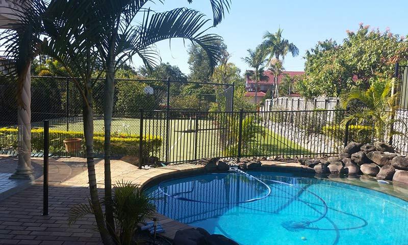 round pool with aluminium fence