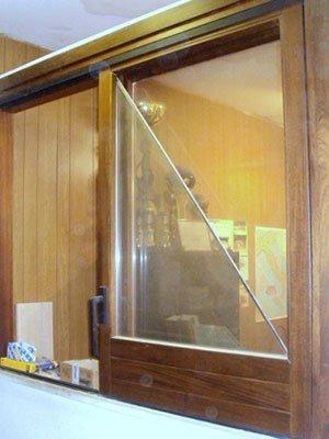 una porta in legno con un pannello di vetro