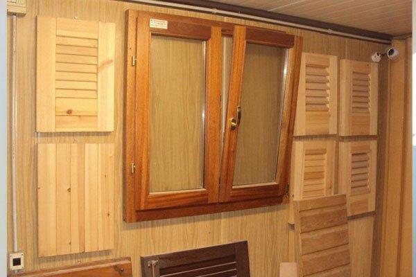 degli esempi di persiane e delle finestre in legno