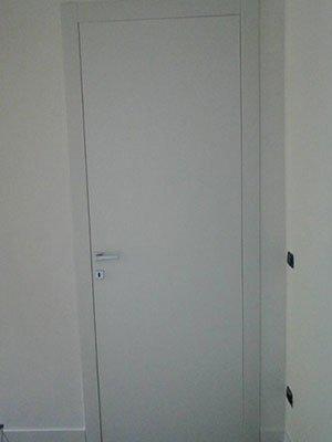 una porta di color bianco