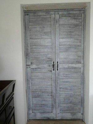 due porte in legno di color grigio