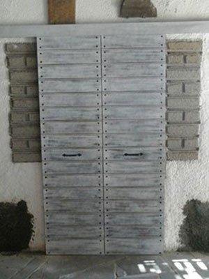due porte in legno durante installazione