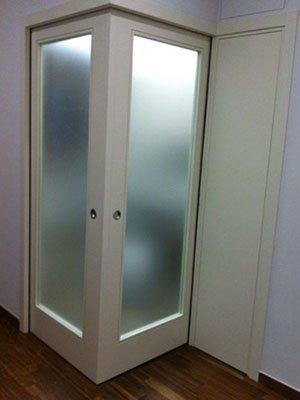 due porte finestre ad angolo con dei pannelli di vetro