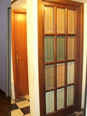una porta di vetro da interno