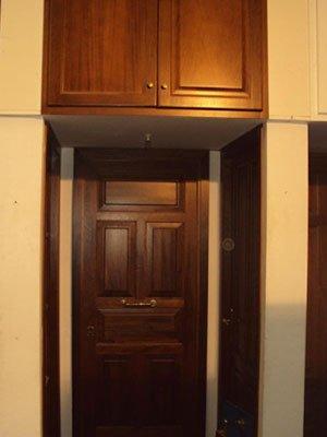 delle porte in legno scuro