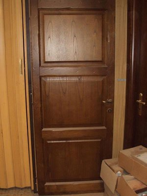 una porta in legno scuro con delle scatole