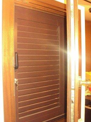 un porta in legno con una serratura