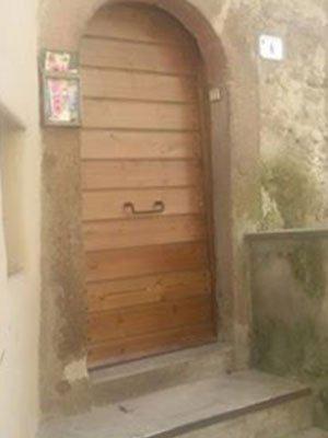 una porta in legno ad arco