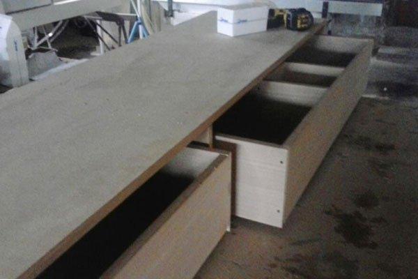 un mobile in legno con dei cassetti in una falegnameria