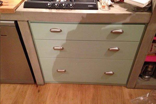 un mobile da cucina con fornelli e dei cassetti