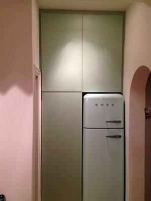 un armadio a muro e un frigo smeg