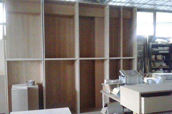 un armadio in legno durante la costruzione in una falegnameria