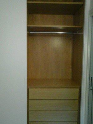 un armadio aperto con dei cassetti e un appendiabiti all interno