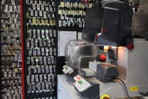 Bancone con macchina per la duplicazione din chiavi e chiavi appese al muro
