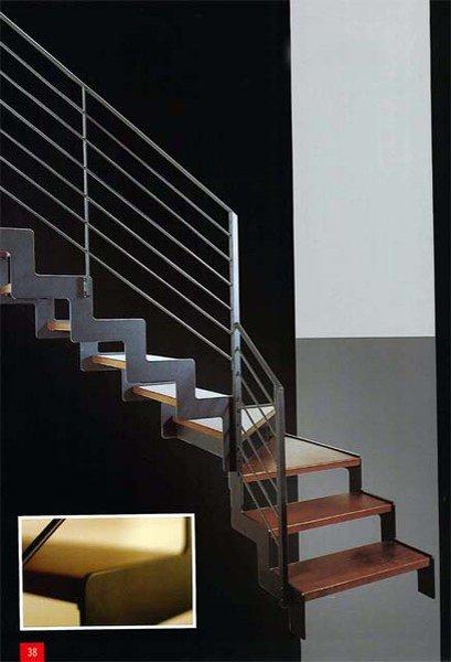vista angolare di una scala con parapetto in acciaio