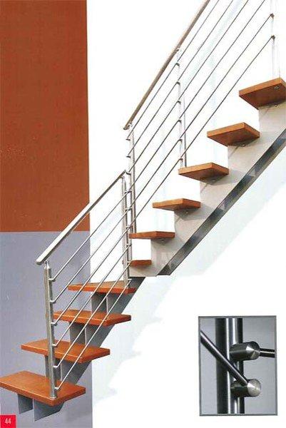 vista laterale di una scala con parapetto