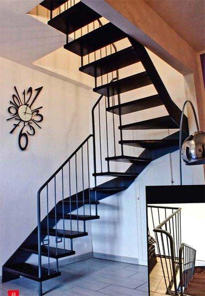 scala in legno con parete bianca