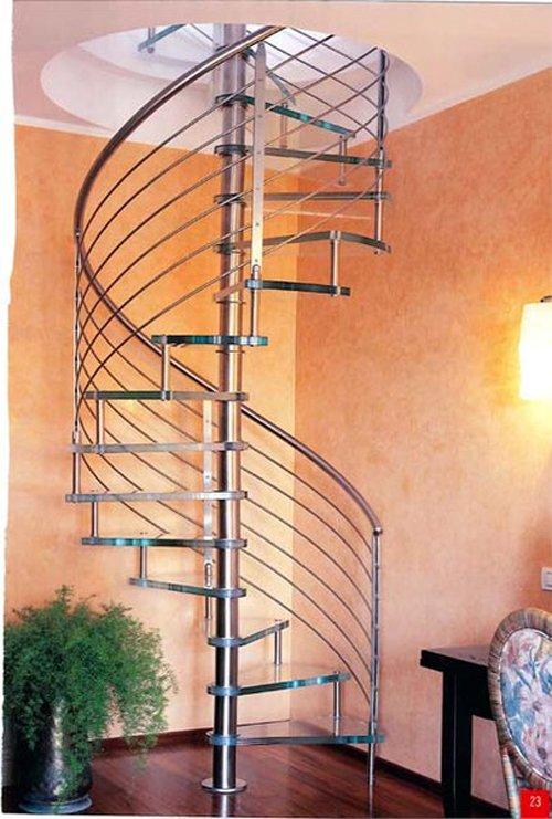 una scala a chiocciola in inox con lampadina